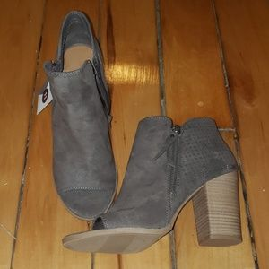 Universal Thread Shoes - Universal thread booties
